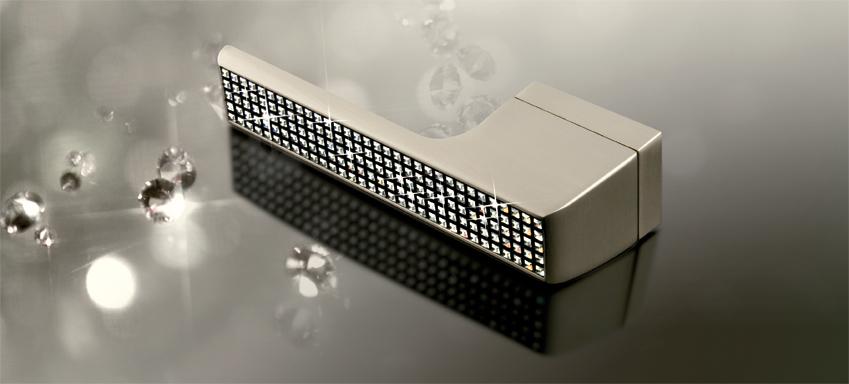 Moderní vzhled kování s výplní krystalů od Swarovski